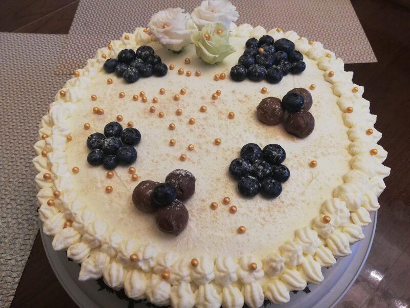 Biskvīta torte ar biezpiena-krēmsiera masu un aprikožu ievārījumu
